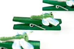 Houten wasknijpers die met libellen worden verfraaid Stock Fotografie