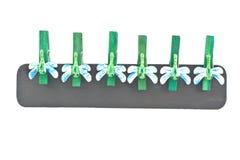 Houten wasknijpers die met libellen worden verfraaid Stock Afbeeldingen