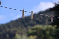 Houten wasknijpers op drooglijn Stock Afbeeldingen
