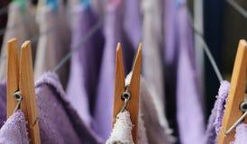 Houten wasknijpers op een drooglijn stock foto's