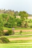 Houten watchtower in het Tsjechische landschap Platteland in de Tsjechische Republiek De wilde spel jacht Royalty-vrije Stock Afbeelding