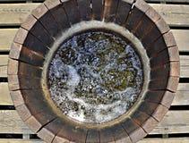 Houten waterput met borrelend water, nationaal natuurreservaat S Stock Fotografie