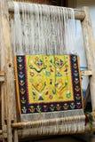 Houten weefgetouw met tapijt Stock Foto's