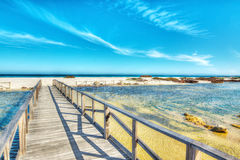 Houten weg aan het strand stock foto's