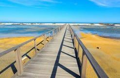 Houten weg aan het strand in Sardinige royalty-vrije stock afbeelding