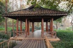 Houten weg en traditionele Chinese Gazebo Royalty-vrije Stock Foto
