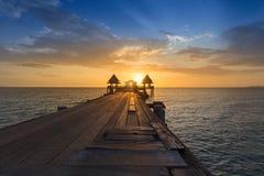 Houten weg het lopen manier die tot oceaan met mooie zonsonderganghemel leiden Stock Foto's