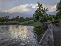 Houten weg langs een watermassa in New Jersey royalty-vrije stock foto