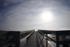 Houten weg naar een bewolkte hemel stock afbeelding