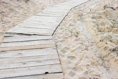 Houten weg onder het zand stock afbeelding
