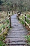 Houten weg over moerasland in Engeland Stock Foto's