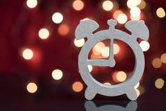 Houten wekkersymbool met het licht van de partijdecoratie bokeh in t Royalty-vrije Stock Afbeeldingen