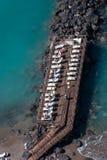 Houten werf met zonlanterfanters en zwemmers Royalty-vrije Stock Fotografie