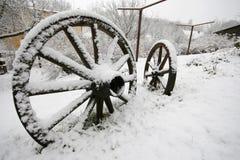 Houten wiel in de winter Stock Afbeelding