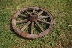 Houten wiel op een achtergrond van groen gras Royalty-vrije Stock Foto
