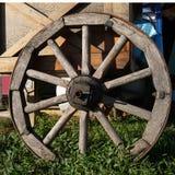 Houten wiel op een achtergrond van groen gras Royalty-vrije Stock Afbeelding