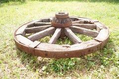 Houten wiel op een achtergrond van groen gras Royalty-vrije Stock Fotografie