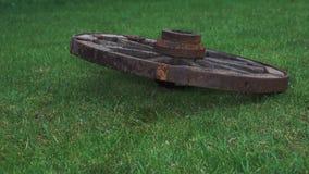 Houten wiel op een achtergrond van groen gras Stock Afbeelding