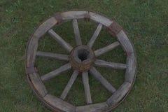 Houten wiel op een achtergrond van groen gras Royalty-vrije Stock Foto's