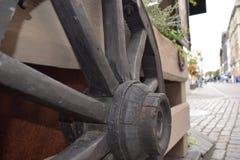 Houten wiel van karren op de omheining stock afbeelding