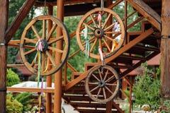 houten wielen die op een kabel dichtbij de muur hangen royalty-vrije stock foto