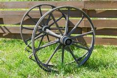 Houten wielen van een wagen stock afbeelding