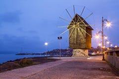 Houten windmolen in Nessebar bij nacht Stock Foto's