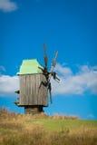Houten windmolen tegen de blauwe hemel Royalty-vrije Stock Foto