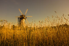 Houten windmolen in zonsondergang Royalty-vrije Stock Afbeeldingen