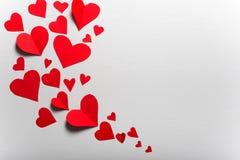 Houten witte achtergrond met rode harten Het concept Valentin stock fotografie