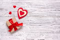 Houten witte achtergrond met rode harten Het concept Valentine Day stock foto