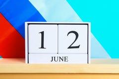 Houten witte kalender met de datum van 12 Juni tegen de achtergrond van de vlag van Rusland De Dag van Rusland Royalty-vrije Stock Afbeelding