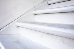 Houten witte trap dichte omhooggaande mening Detail van landelijk huis stock afbeelding
