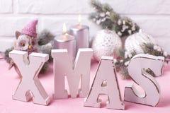 Houten woordkerstmis, decoratieve vogeluil, zilveren kaarsen, takken Stock Afbeelding