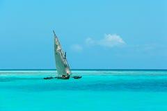 Houten zeilboot op water Royalty-vrije Stock Foto
