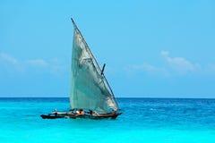 Houten zeilboot op water Royalty-vrije Stock Foto's