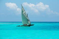 Houten zeilboot op water Stock Fotografie