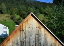 Houten zolder van een oud huis op de achtergrond van de zomer fores royalty-vrije stock foto