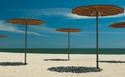 Houten zon-dekking bij het zandige strand Stock Foto