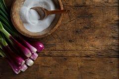 Houten zoute opslag en uien Stock Foto's
