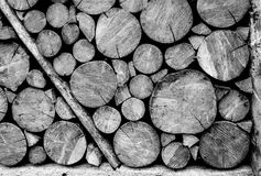 Houten zwart-witte logboekmuur stock afbeeldingen