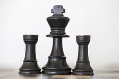 Houten zwarte koning en roekenschaakstukken Stock Foto's