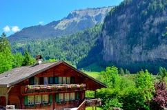 Houthuis in de Zwitserse Alpen Royalty-vrije Stock Afbeelding