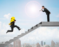 Houting ηγετών στο συνάδελφο που φέρνει το ευρο- τρέξιμο στο σκαλοπάτι χρημάτων Στοκ Εικόνες
