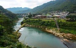 Houtong Cat Village und die alte Kohlenbrücke über dem Keelungs-Fluss in Ruifang-Bezirk, Taiwan Stockfotos
