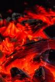 houtskool Brandende hoorn Brandende steenkolen in de grill stock afbeeldingen
