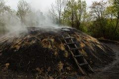 Houtskool die in de bossen van Istanboel maken stock afbeeldingen