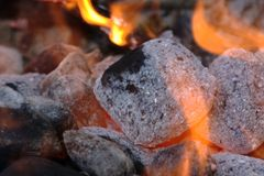 Houtskool die in een grill gloeit Stock Foto's