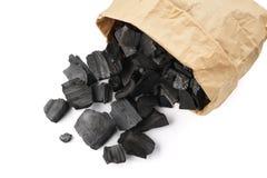 Houtskool in een document zak voor het aansteken van brand in een grill stock afbeelding