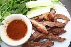 Houtskool-gekookte varkensvleeshals, Geroosterde varkensvlees neckpork hals stock afbeelding